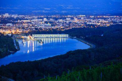 France, Drome (26), Bourg les Valence, Le Rhone, la centrale et ecluse, Valence en arriere plan