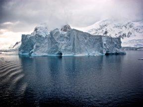 Antarctique Photo by Jay Ruzesky on Unsplash