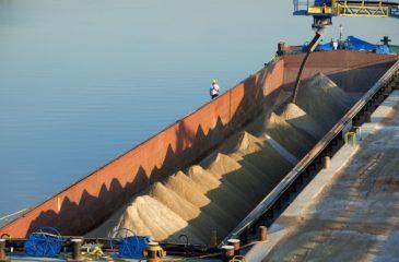 Chargement d'une barge, site industriel et portuaire de Salaise Sablons, Isere (38), France