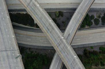 Autoroute et route désertes