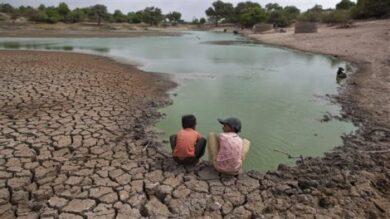 des-enfants-devant-un-lac-assc3a9chc3a9-photo-ahmad-masood-reuters_Bolivie